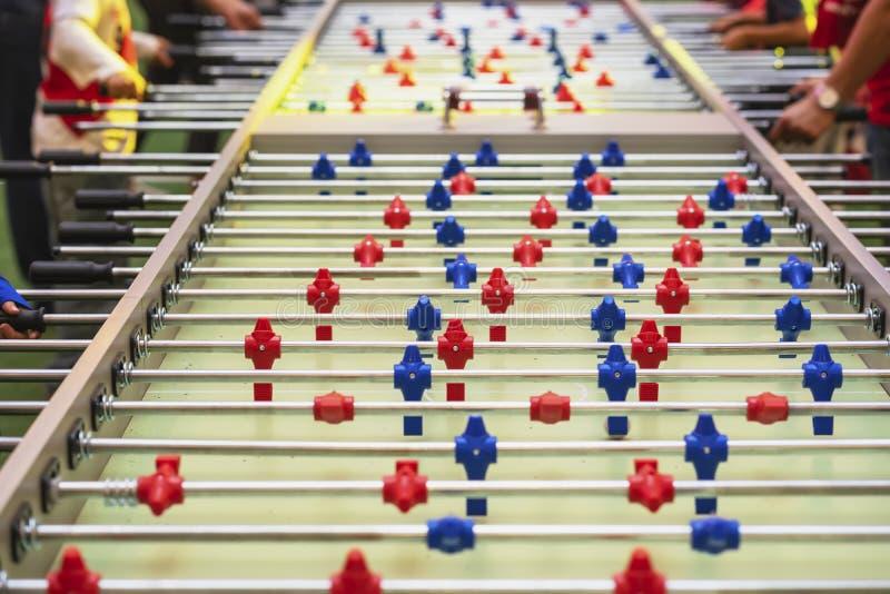 Stołowy mecz futbolowy, piłki nożnej zakończenie i ręki ludzie, selekcyjna ostrość Piłka nożna stół z czerwonym i błękitnym kling zdjęcia stock