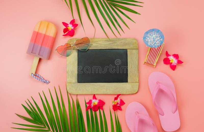 Stołowy odgórnego widoku akcesoryjny plan podróżować plażę w wakacje letni tła pojęciu Mieszkanie nieatutowy palmowy liść z wiele obrazy royalty free