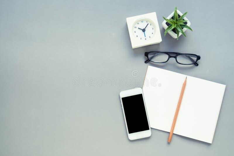 Stołowy odgórny widok biurowy biurko fotografia stock