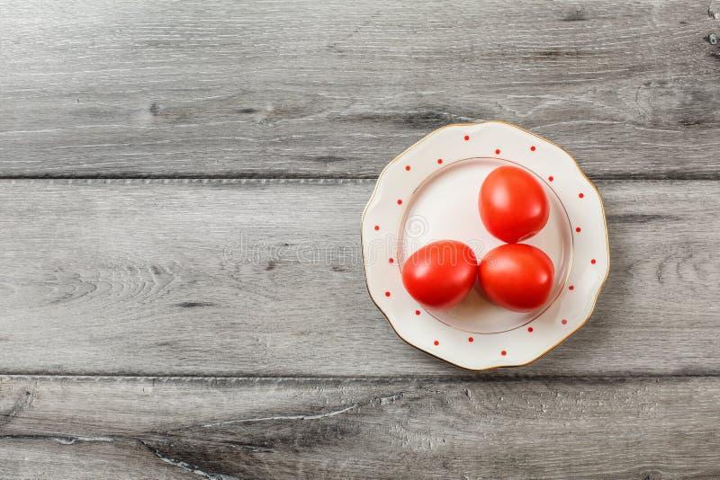 Stołowy odgórny widok - trzy świeżego pomidoru na bielu talerzu obraz royalty free