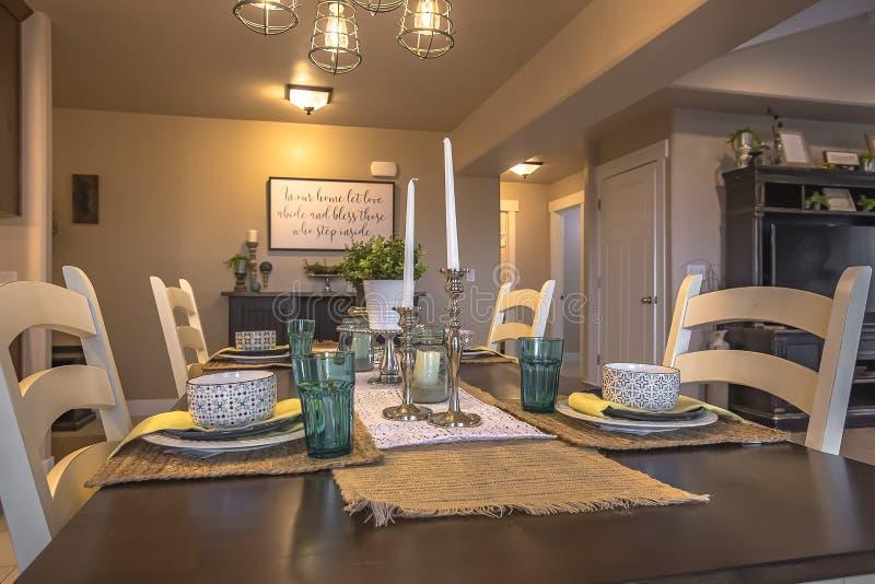 Stołowy położenie dekorujący z świeczek rośliien konopie stołu placemats i biegaczami obraz stock
