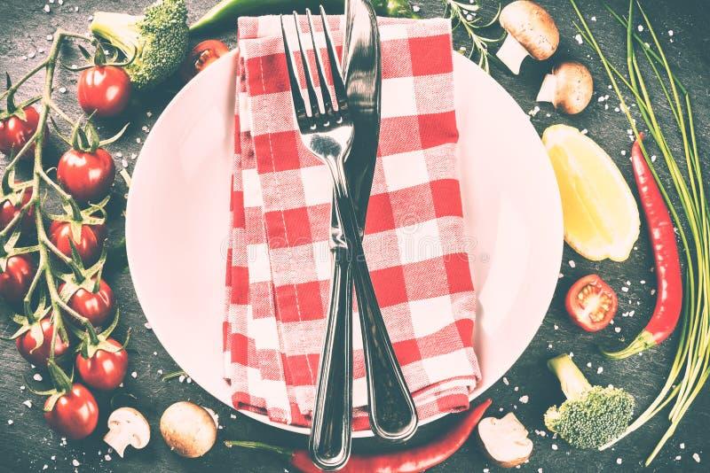 Stołowy położenie z bielu talerzem i świeżymi organicznie warzywami Hea obraz stock