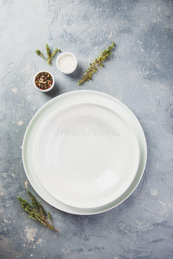 Stołowy położenie z cutlery, makaronem, pomidorami i ziele, fotografia royalty free