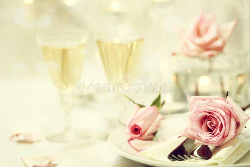 Stołowy położenie z różowymi różami obrazy royalty free