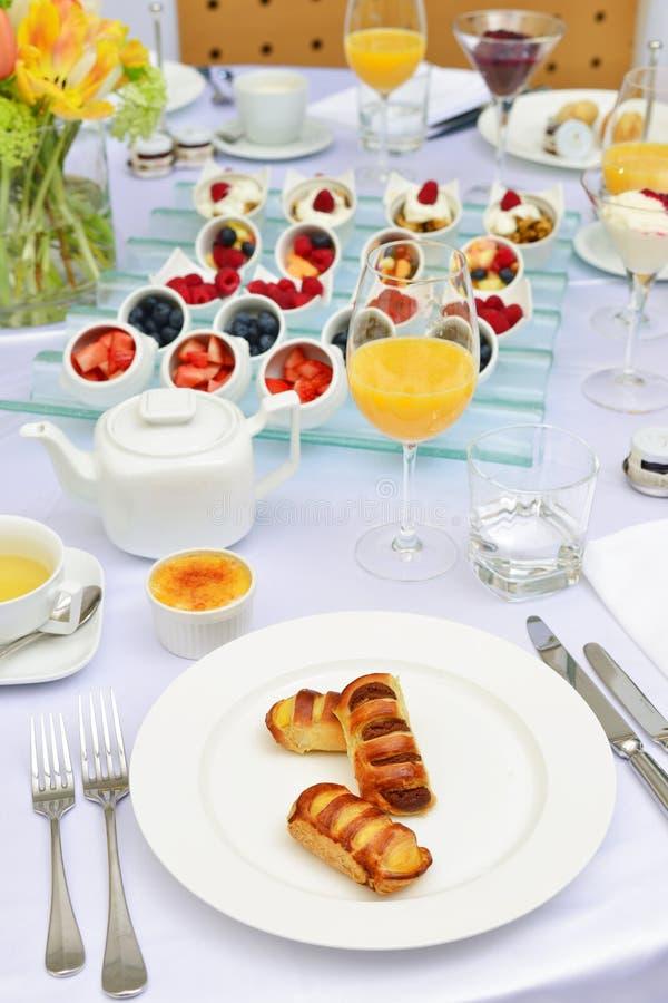 Download Stołowy Ustawianie Dla Kontynentalnego śniadania Obraz Stock - Obraz złożonej z owoc, aromaty: 53789749
