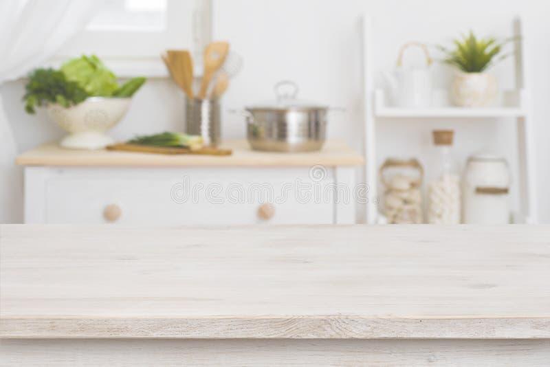 Stołowy wierzchołek i defocused kuchenny wnętrze jako tło obraz stock