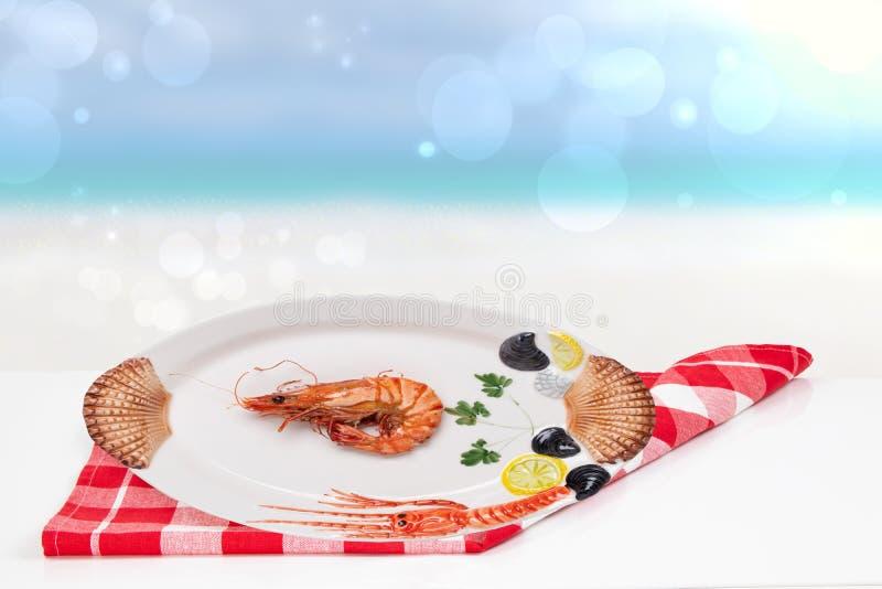 Stołowy wierzchołek na owoce morza tle Świeży piec na grillu duży krewetka tygrys, garnele na białym stole przed abstraktem lub z zdjęcia stock
