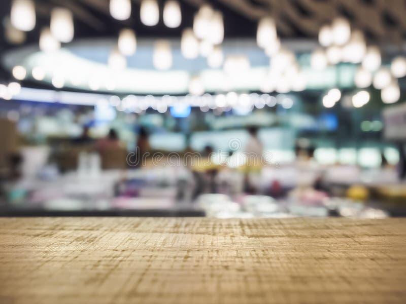 Stołowy wierzchołek Odpierający z Zamazanym Prętowym Restauracyjnym oświetleniem zdjęcie royalty free