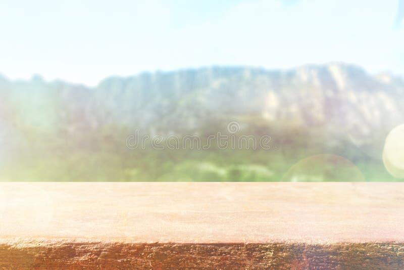 Stołowy wierzchołek z tło górami, niebo i chmura w słonecznym dniu dla produktu, wystawiamy akcydensowego seans Drewniany stół na zdjęcie stock