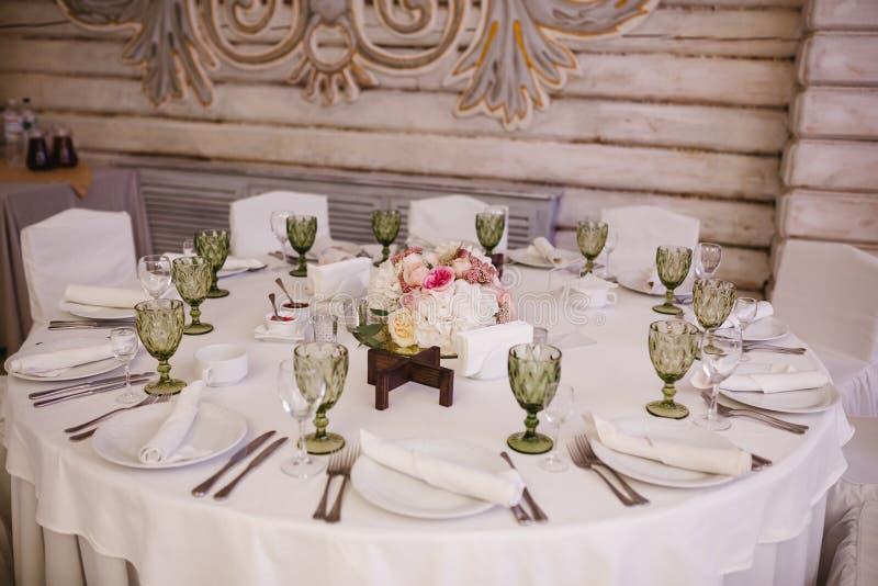 Stołowy wystrój z białymi kwiatami i świeczkami dla przyjęcia weselnego obraz royalty free
