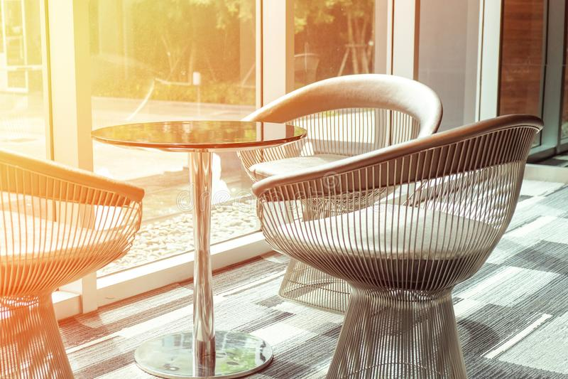Stołu i trzy krzeseł nowożytny styl dla kawowego czasu fotografia stock