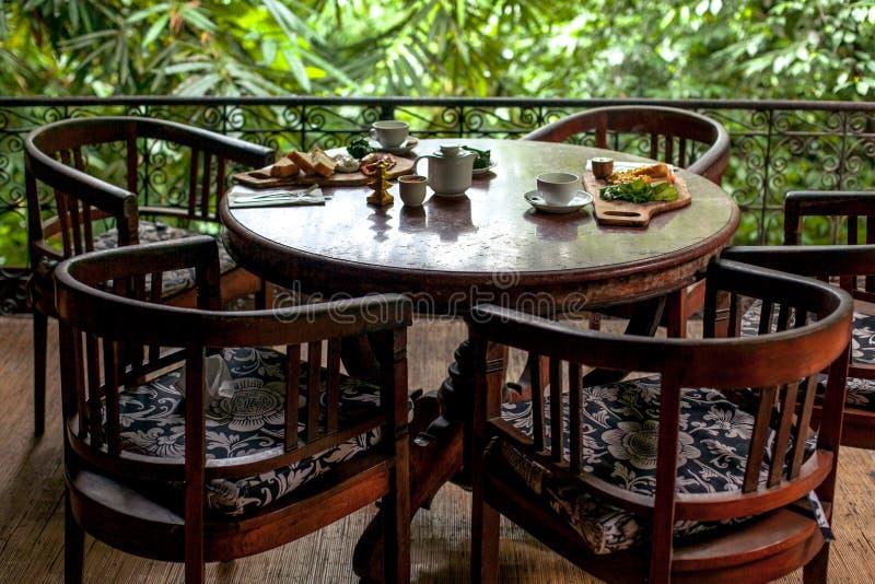 Stołu set dla śniadania przy wygodną restauracją na greenery tarasie w Bali stylu fotografia stock