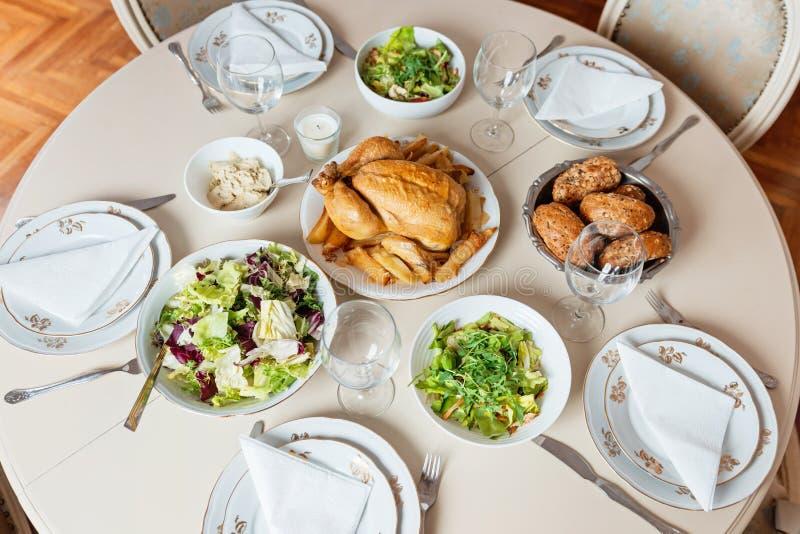 Stołu set dla wakacyjnego lunchu zdjęcia royalty free
