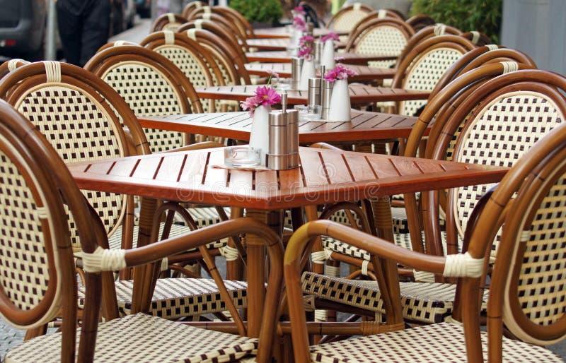 Stoły i krzesła na pustym tarasie uliczna kawiarnia obrazy royalty free