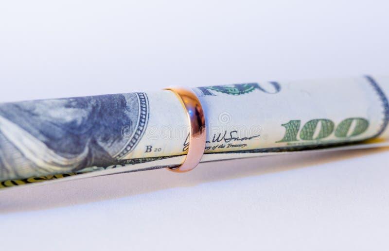Download Sto Dolarów W Złotej Obrączce ślubnej Zdjęcie Stock - Obraz złożonej z rolled, złoty: 28951506
