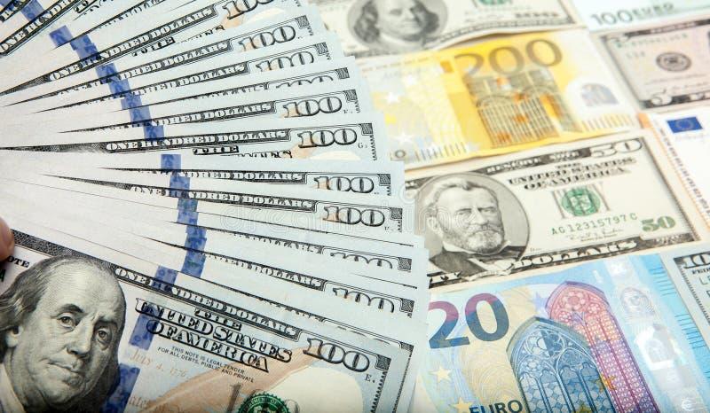 Sto dolarowych notatek przeciw tłu dolary i euro zdjęcie stock