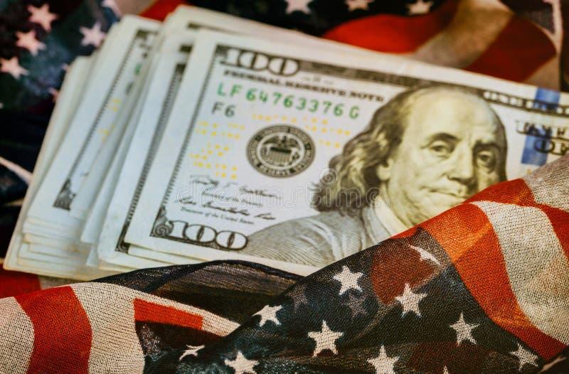 Sto dolarowych rachunków z flaga amerykańską obrazy royalty free