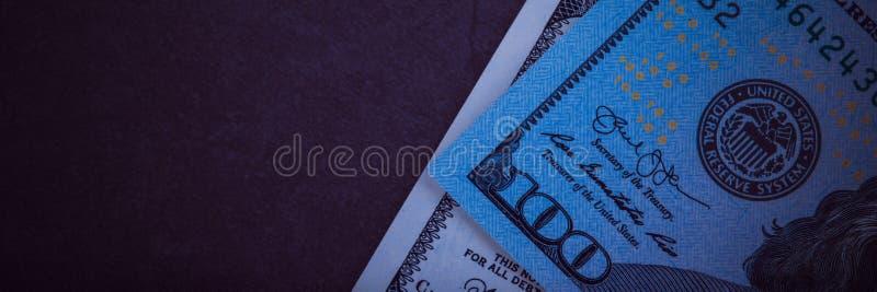 Sto dolarowych rachunk?w na szarym tle obrazy stock