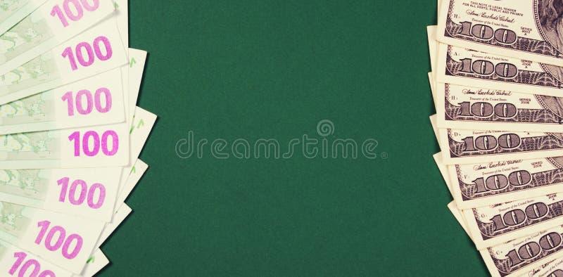 Sto euro i dolara notatek na zielonym tle obrazy royalty free