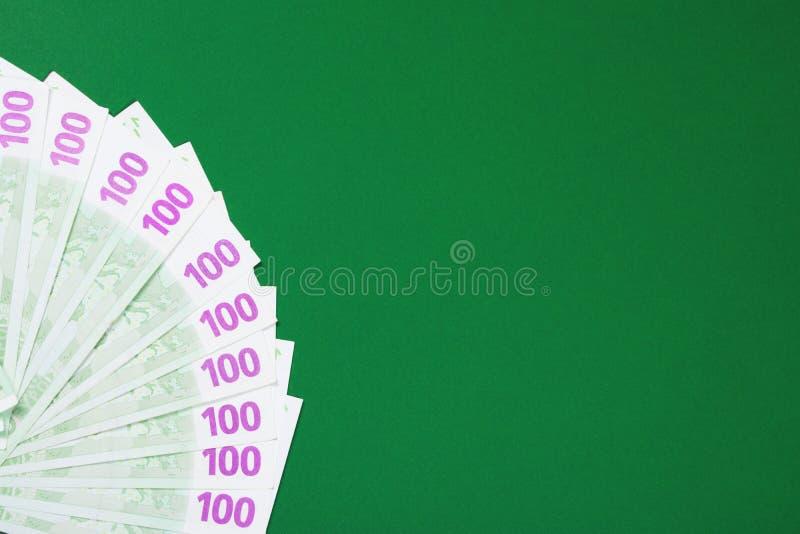 Sto euro notatek na zielonym tle fotografia royalty free