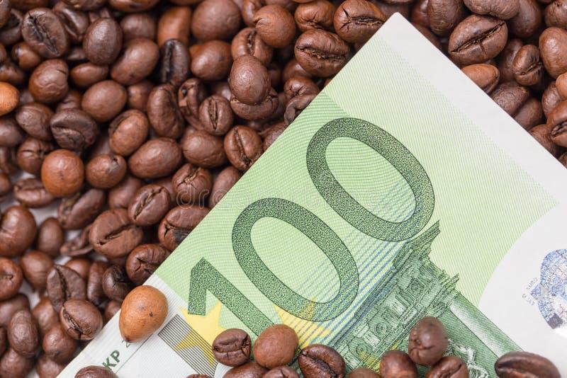 Sto euro w kawowych fasolach zdjęcie royalty free