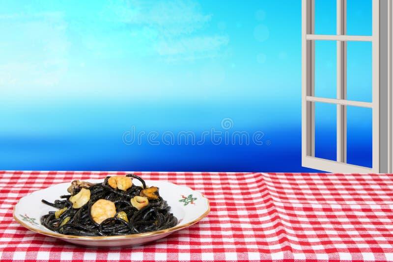 Sto?owy wierzcho?ek na owoce morza tle Zbli?enie ?r?dziemnomorscy czarni kluski z atramentem, mussels i garnelami na czerwieni cu zdjęcia stock