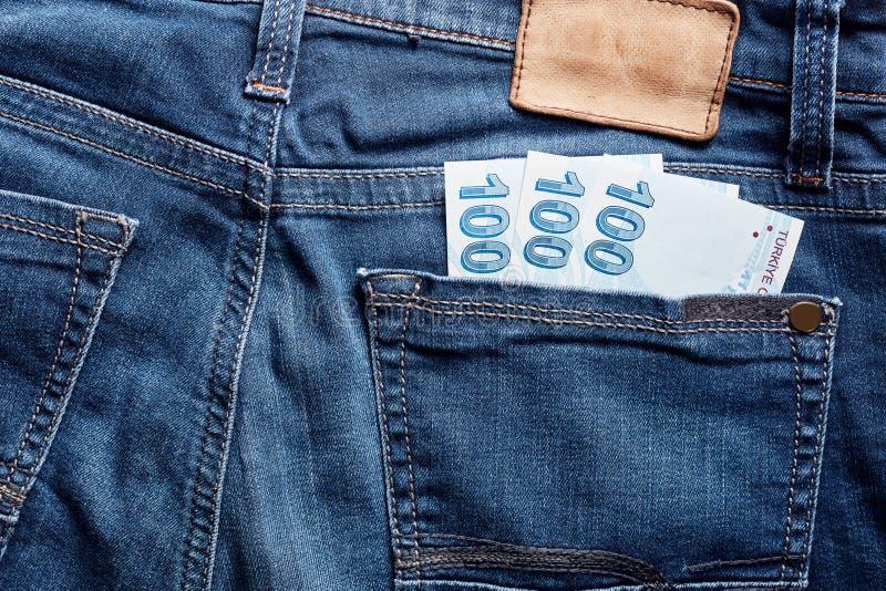 Sto Tureckiego lira rachunków w tylnej kieszeni błękitny cajg obraz stock