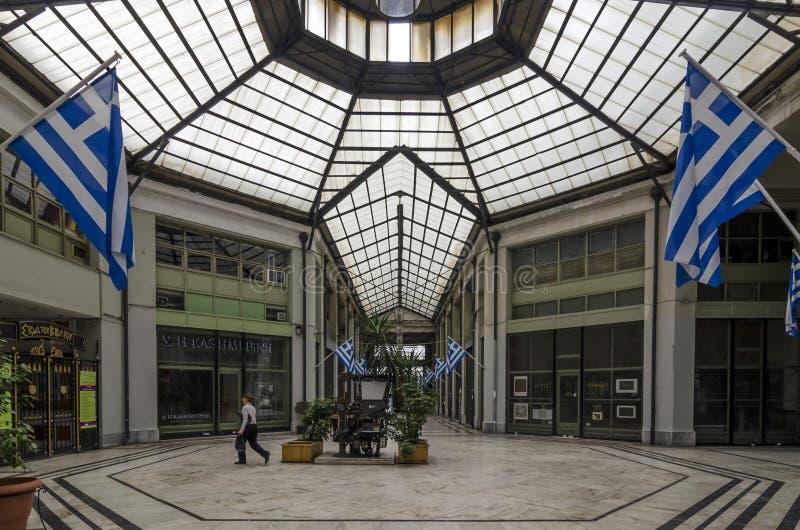 ` ` Stoa Tou Bibliou ist ein ruhiger Säulengang, der völlig Büchern mit Sitzbereichen und häufigen Ausstellungen gewidmet wird lizenzfreie stockbilder