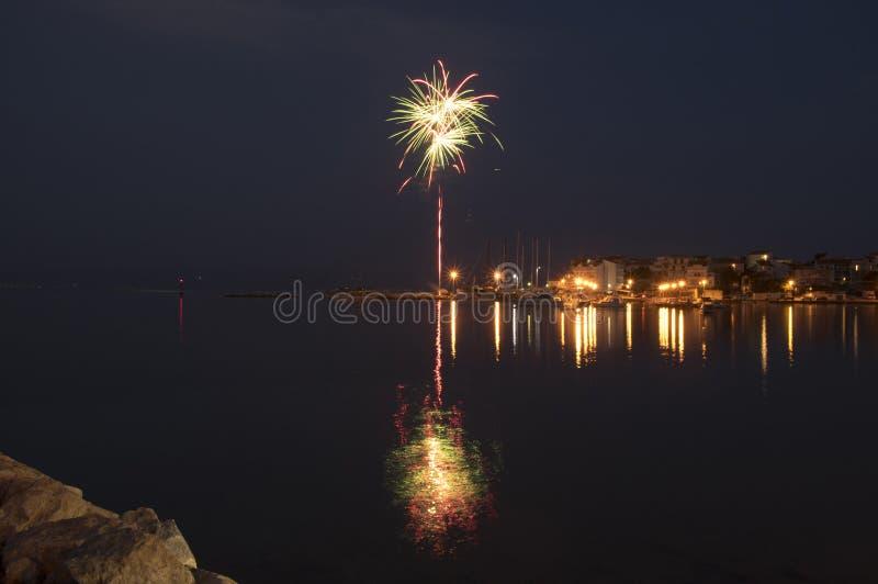 Stobrec, Kroatien, Jachthafen nachts, Feuerwerke lizenzfreie stockfotos