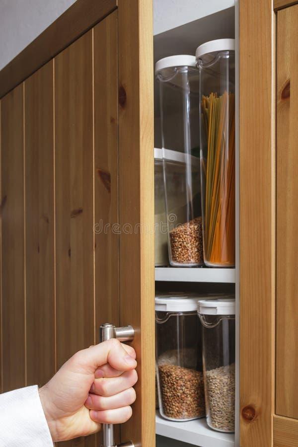 Stoccaggio attento nella cucina fotografie stock