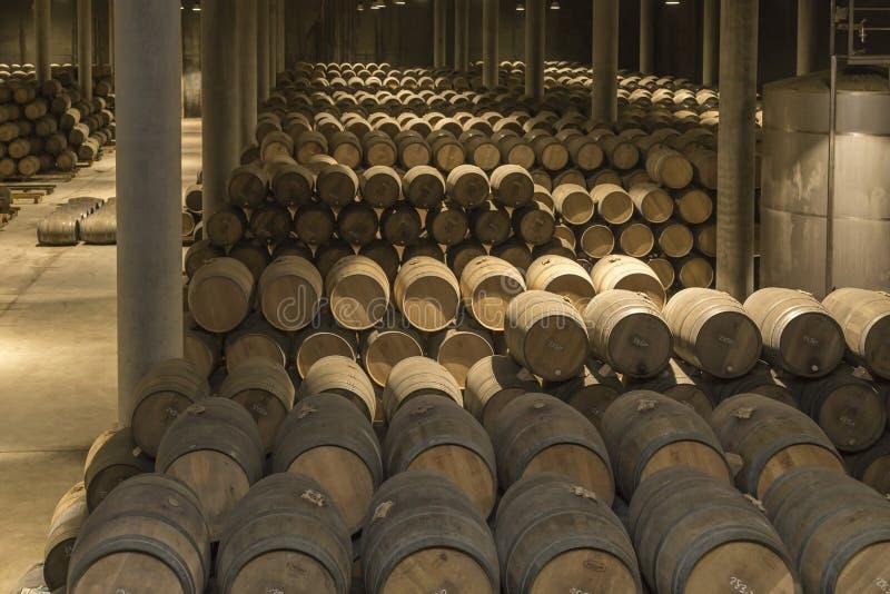 Stoccaggio dei barilotti in una cantina in La Rioja, Spagna fotografia stock libera da diritti