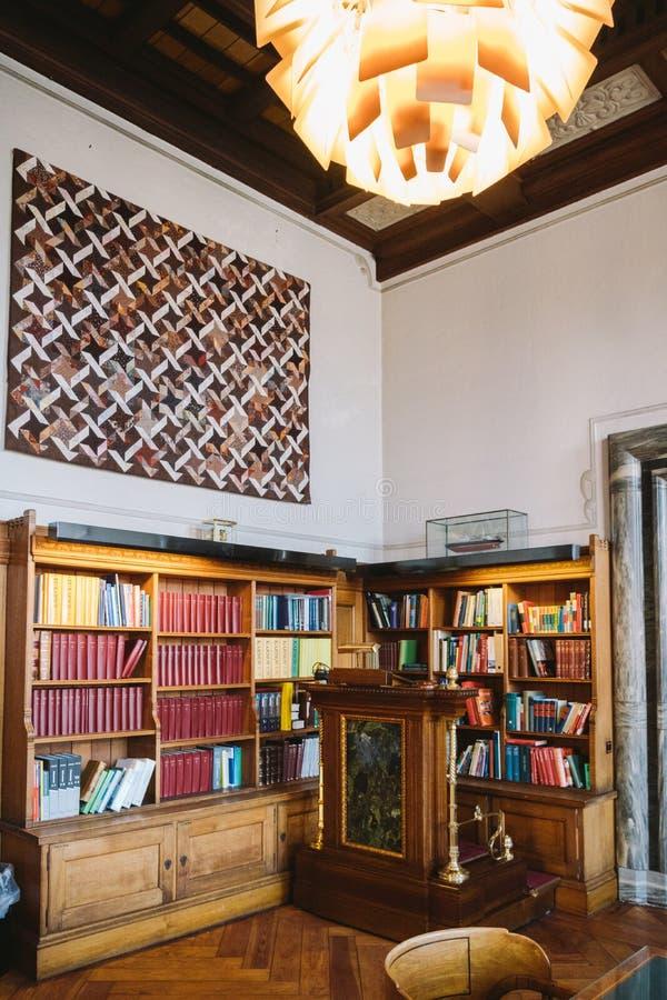 Stoccaggio dei libri Grande vecchia biblioteca nello stile gotico Scaffali e file con i libri Biblioteca di città al comune della fotografie stock libere da diritti