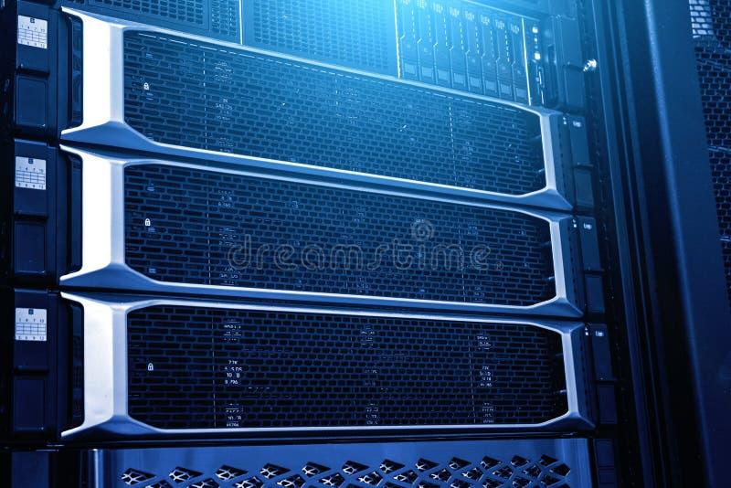 Stoccaggio moderno dell'elaboratore centrale nella fine del centro dati su nell'ambito della tonalità blu al neon fotografia stock libera da diritti