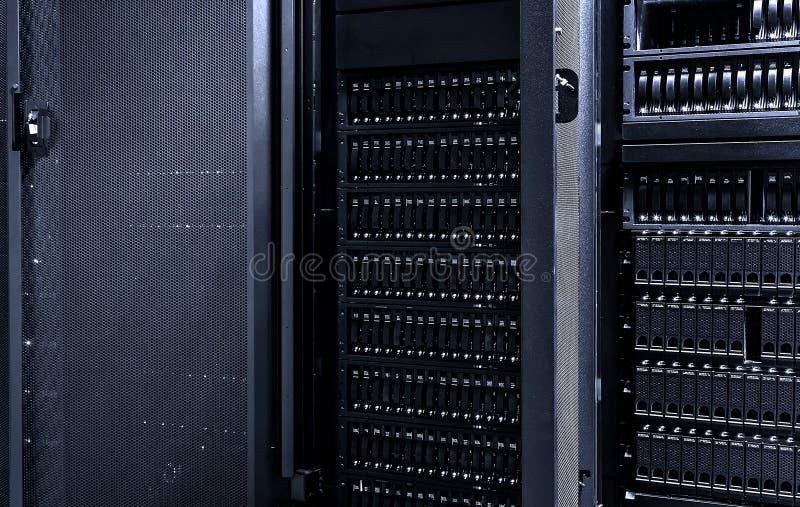 Stoccaggio scuro del centro dati della stanza del server con con la porta aperta dell'elaboratore centrale fotografia stock