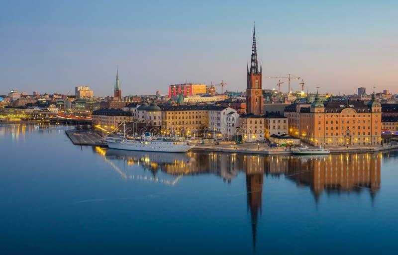 Stoccolma Città Vecchia ha riflesso sopra l'acqua congelata all'alba fotografie stock libere da diritti