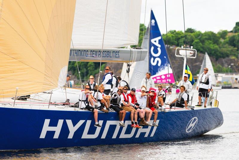 STOCCOLMA - IL 30 GIUGNO: Barca a vela Hyundai vicino alla riva con la squadra fotografia stock