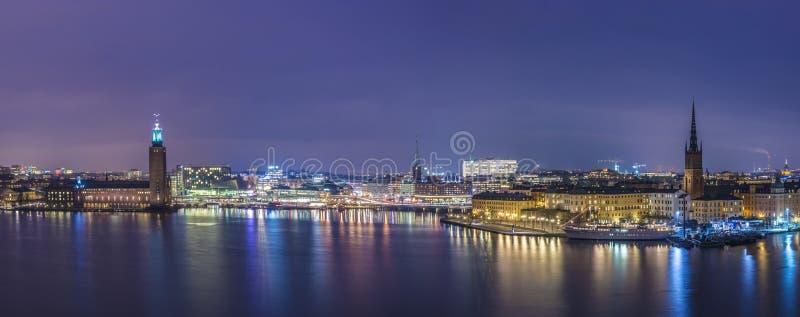 Stoccolma, panorama del comune alla notte. fotografie stock libere da diritti