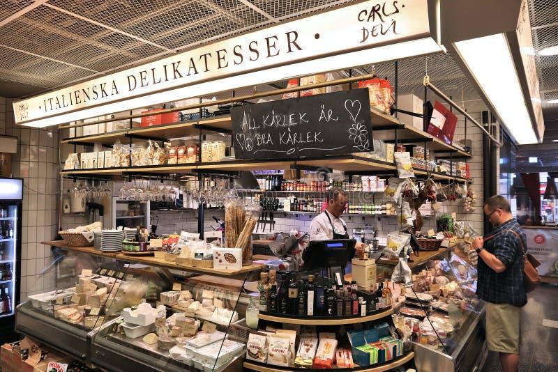 STOCCOLMA, SVEZIA - 23 AGOSTO 2018: La gente visita il mercato di Hotorgshallen Saluhall a Stoccolma È uno di più grande alimento fotografia stock