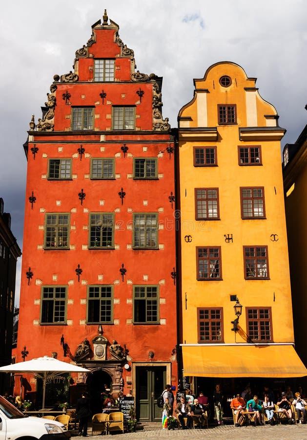STOCCOLMA, SVEZIA - CIRCA 2016 - piazza pubblica di Stortorget, case mercantili variopinte nell'area della città di Gamla Stan fotografia stock