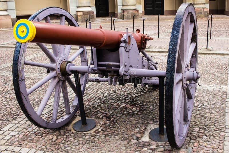 STOCCOLMA, SVEZIA - CIRCA 2016 - un canone militare fuori servizio al palazzo reale fotografie stock