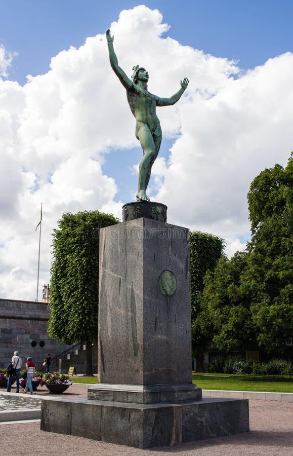 STOCCOLMA, SVEZIA - CIRCA 2016 - una statua bronzea di un uomo fuori del museo di Stoccolma medievale immagine stock libera da diritti