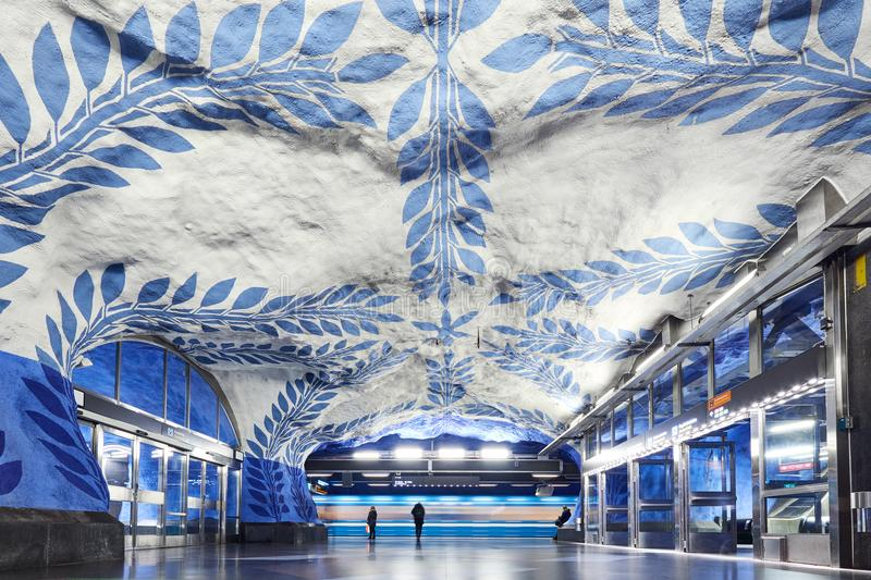 STOCCOLMA, SVEZIA - 12 dicembre 2017 Stazione della metropolitana in sotterraneo T-Centralen di Stoccolma fotografie stock libere da diritti