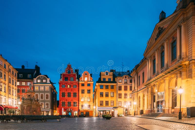 Stoccolma, Svezia Famose Case Coloranti, Accademia Svedese E Museo Del Nobel In Vecchio Storget In Gamla Stan immagini stock libere da diritti
