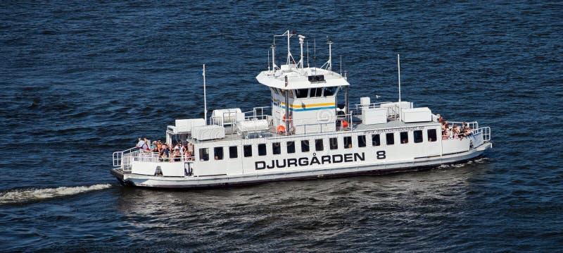 STOCCOLMA, SVEZIA - 5 GIUGNO 2011: Barca turistica di Djurgarden 8 in acque di Stoccolma fotografie stock libere da diritti
