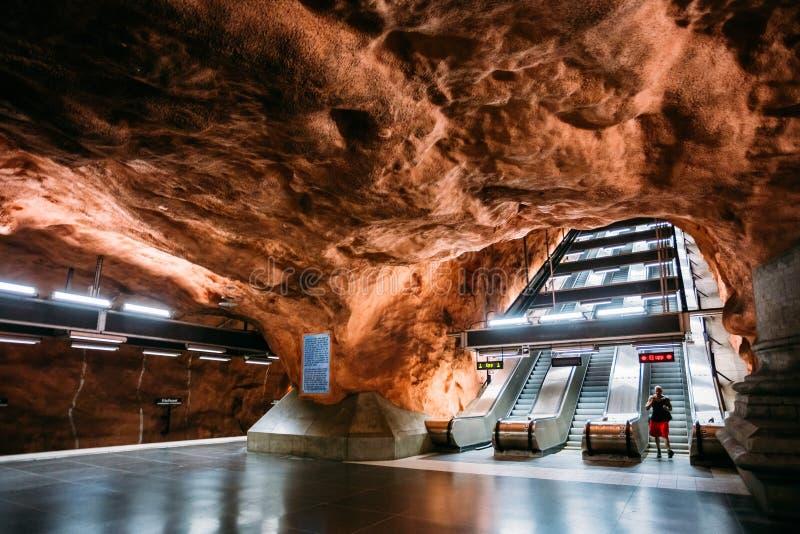 Stoccolma Svezia La stazione della metropolitana moderna di Radhuset, soffitto guarda la L immagini stock libere da diritti