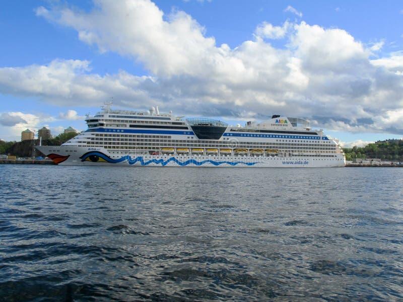 Stoccolma/Svezia - 16 maggio 2011: Fodera della nave da crociera di Aidasol al porto immagine stock