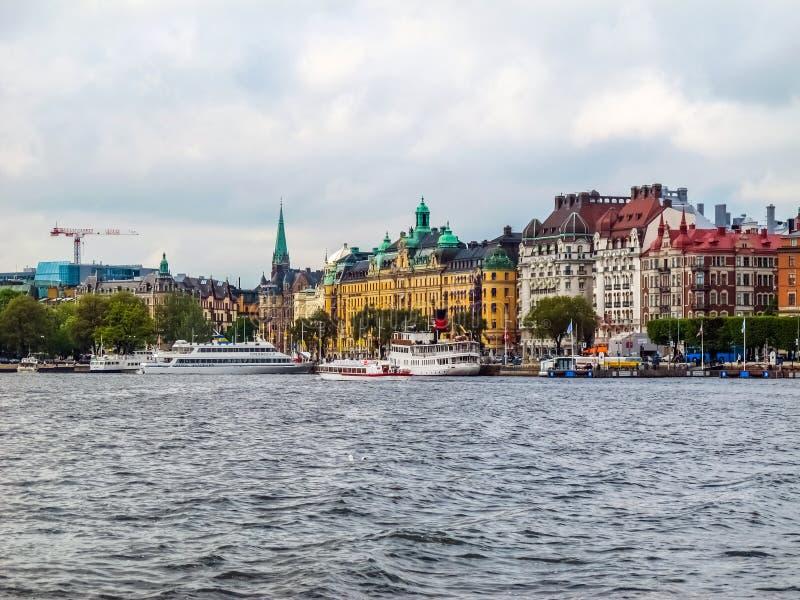 Stoccolma/Svezia - 15 maggio 2011: Vista sul pilastro con le barche e le belle costruzioni di Stoccolma immagine stock libera da diritti