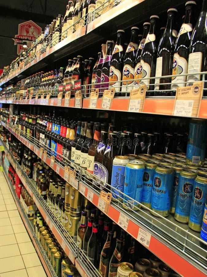 Stock de boissons alcoolisées Concept de marché de boissons d'alcool Différents genres de bière sur des étagères image libre de droits