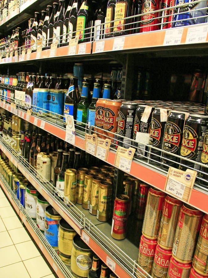 Stock de boissons alcoolisées Marché de boissons d'alcool Différents genres de bière photos stock