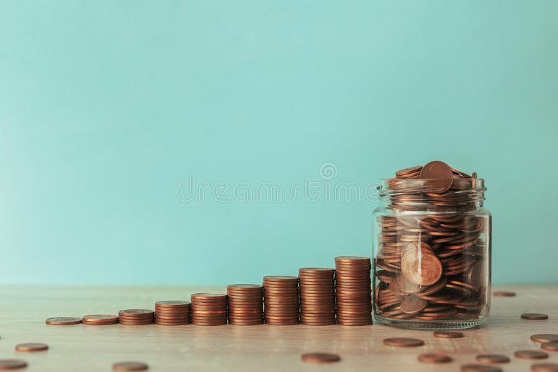 Stock Foto der Treppe von Münzen mit einem Münzgefäß stockfotografie
